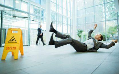 Sécurité au travail : les chutes et glissades de plain-pied
