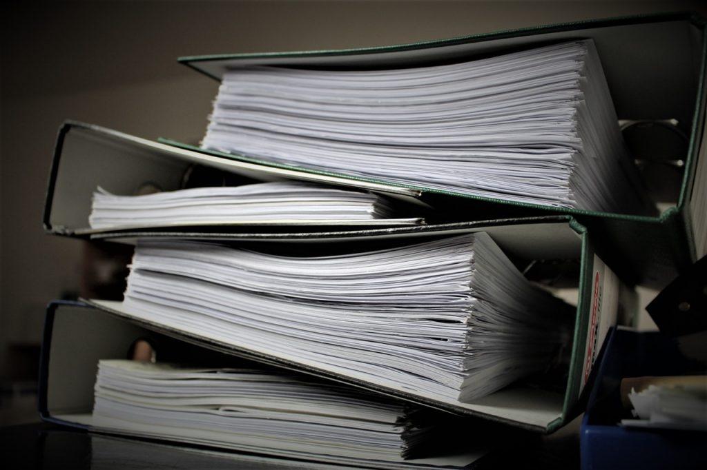 des dossiers papier dans des classeurs