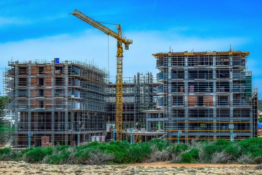 Chantier de construction d'immeubles avec grue et échafaudages