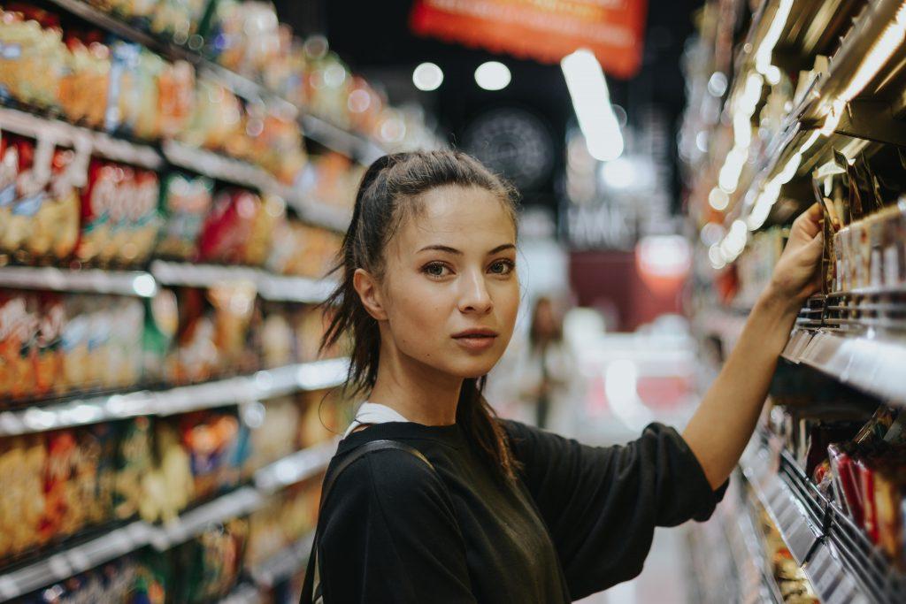 Jeune femme dans un rayon de supermarché