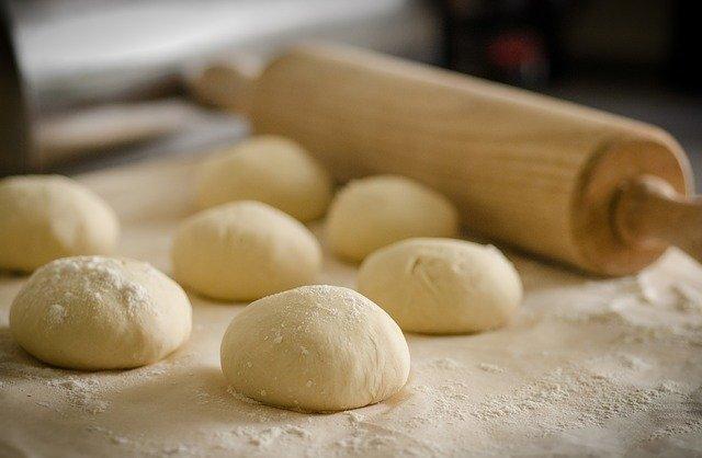pâte à pain sur un plan de travail